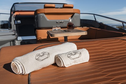 Cranchi E30 Endurance - Bow sunpad