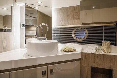 Cranchi T43 Trawler - Bathroom
